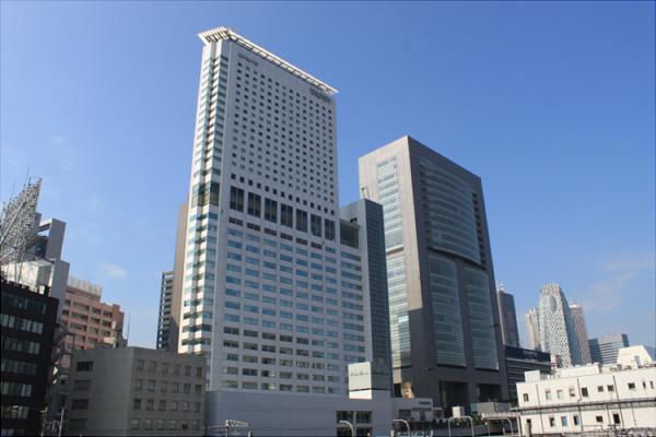 小田急サザンタワー(左)/JR東日本本社ビル(右)
